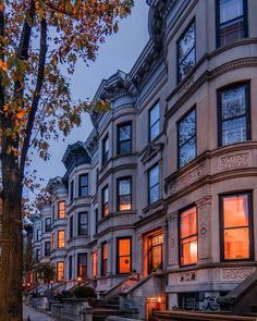 Park Slope Historic District's brownstone homes at twilight by Noel YC - New York City Feelings Beautiful Park, Beautiful World, Beautiful Homes, Beautiful Places, Brownstone Homes, New York Brownstone, Brooklyn Brownstone, Townhouse, Living In New York