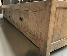 Zeer lang tv dressoir gemaakt van mooi geleefd elm hout.