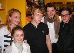 JON SNOW IS ON THE RIGHT !!!! Puberty did it right omggg