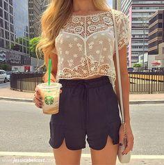 O short preto de cintura alta com uma blusa de renda cropped dá um ar romântico.