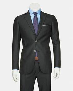 Modern detaylara sahip #Bisse siyah takım elbise, stil sahibi her erkeğin gardırobunda olması gereken demirbaşlardan biri!