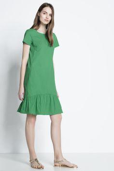 Kurzärmliges, weiter geschnittenes A-Linien-Kleid mit Rüschensaum. Das Kleid ist aus feiner, glatt gewebter Baumwoll-Popeline gefertigt und hat zwei Seitentaschen. Unser Model ist 178 cm groß und trägt Größe 36. Obermaterial: 100%...