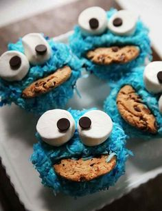 how-to-make-cookie-monster-cupcakes. Use GFCF cupcakes, icing, marshmallows, cookies and chips. Such a cute idea. Just Desserts, Delicious Desserts, Yummy Food, Delicious Cookies, Cupcake Recipes, Dessert Recipes, Cupcake Ideas, Yummy Recipes, Cookie Recipes