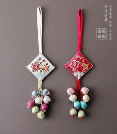 초록향대형노리개 - MyKingList.com Diy Tassel, Tassel Jewelry, Fabric Jewelry, Fancy Blouse Designs, Designs For Dresses, Handmade Rakhi Designs, Saree Tassels Designs, Hand Embroidery Designs, Fabric Flowers