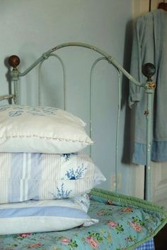 Iron bed and cottage quilts - perfect Vintage Farmhouse, Country Farmhouse, Country Charm, Country Living, Country Style, French Country, Cottage Chic, Cottage Style, Wrought Iron Beds