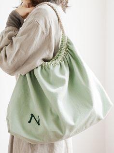 収納力大のたっぷりバッグは、イニシャルの刺しゅうがアクセントになって全体を引き締めています。/イニシャルアップリケ&イニシャル刺しゅう(「はんど&はあと」2012年3月号)