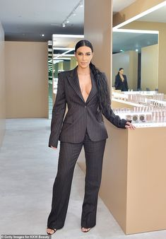 Kim at the KKW Beauty Pop-Up at South Coast Plaza in California - Dec Looks Kim Kardashian, Estilo Kardashian, Kardashian Style, Kardashian Jenner, Kardashian Fashion, Kim Kardashian Blazer, Kardashian Family, Kardashian Kollection, Kylie Jenner