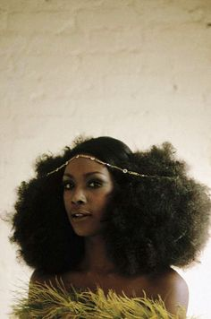 http://www.shorthaircutsforblackwomen.com/natural-hair-puff/ Big afro puff hairstyles & tutorials. All styles, big, faux, two tutorials with scarf designs on natural curly hair. Arlene Hawkins photographed by Eve Arnold, 1968. Looks like yesterday. #FroPower