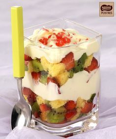 Triple de fresas y kiwi al chocolate blanco Más Mexican Food Recipes, Sweet Recipes, Dessert Recipes, Crepe Recipes, Recipes Dinner, Dinner Ideas, Tropical Desserts, Yummy Treats, Yummy Food