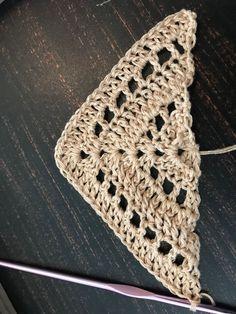 Häkelanleitung Dreieckstuch NOFA – Knitting For Beginners Crochet Scarves, Crochet Shawl, Easy Crochet, Free Crochet, Beginner Crochet, Knitting Stitches, Knitting Patterns, Crochet Patterns, Triangle Scarf
