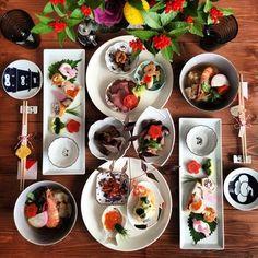 お正月などお祝い事に豆皿を。おもてなしにも良いですね。お客さまも思わずニッコリ。華やかで、情緒漂う美しい席となります。