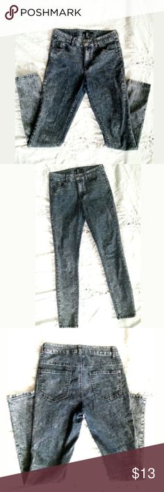 Forever 21 Womens/Juniors Skinny Blue Gray Jeans 6 Great Gently Used Forever21 Acid Wash Style Skinny Jeans sz 26. May sit on waist or slightly below.Great color and style.  Inseam-Approx 28 inches  Length-approx 38 inches Forever 21 Jeans Skinny