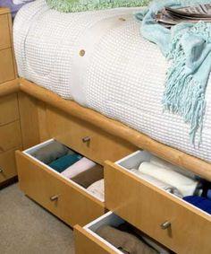 Gaveteiros embaixo da cama são ótima opção para armazenar lençóis e cobertores.