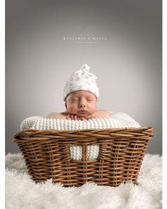 Duerme, crece y sueña.... Matilde. Sesiones de new born, edad recomendada de 0 a 9 días de vida.  www.benjaminynadia.com  #fotografosabiñanigo #fotografoprofesional #fotografiainfantil #fotoniños @benjaminynadia @benjamin_espana #estudioprofesional #fotoinfantil #noposesdiviertete #fotografohuesca #fotografozaragoza #fotografopamplona @hasselblad @profotospainofficial Bassinet, Decor, To Sleep, Zaragoza, Infant Photos, Infant Photography, Studio, Life, Decoration