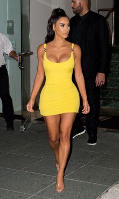 Kim Kardashian Net Worth 2019 Kim Kardashian is one of the most successful members of the Kardashian-Jenner family. This is Kim Kardashian's net worth and how she earns her money. Kim Kardashian is the daughter of OJ Simpson lawyer Robert Kardashian Look Kim Kardashian, Kardashian Dresses, Robert Kardashian, Kardashian Jenner, Kardashian Kollection, Kylie Jenner, Kim Kardashian Bikini, Kardashian Wedding, Kardashian Clothing