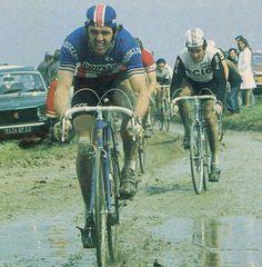 Parigi-Roubaix 1975. Roger De Vlaeminck (1947), Monsieur Paris-Roubaix. Alle sue spalle si riconoscono Franco Bitossi (1940) e, sullo sfondo, Eddy Merckx (1945).