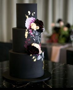 Black beauty. just a little excited I have another black #weddingcake this week @hikariphotography