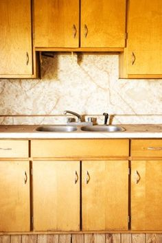 Cleaning Sticky Kitchen Cabinets: Murphy's Oil Soap, water, and dash of paint thinner till until mixture looks milky white. Wear rubber gloves, rub over wood with soft cloth and wipe off with clean paper towels. Wooden Kitchen Cabinets, Old Cabinets, Cleaning Cabinets, Kitchen Cleaning, Kitchen Cupboard, Kitchen Reno, Deep Cleaning, Cleaning Hacks, Cleaning Solutions
