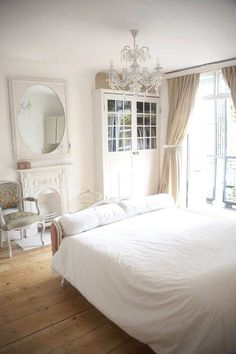 Located in Bromley, Greater London, this Georgian house full of Gustavian furniture, has been. All White Bedroom, White Rooms, Pretty Bedroom, Shabby Chic Bedrooms, Shabby Chic Homes, Luxury Interior Design, Interior Exterior, Interior Blogs, Exterior Design
