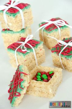Rice Krispies Treats Presents with a Surprise - I'd love to use this Christmas idea for the table place settings! desserts Rice Krispies Treats Presents with a Surprise Holiday Snacks, Christmas Party Food, Christmas Sweets, Christmas Cooking, Christmas Goodies, Holiday Recipes, Christmas Popcorn, Christmas Rice Krispie Treats, Holiday Gifts