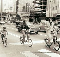 1975 - Andando de bicicleta na avenida Paulista. Foto cedida por Maria Lourdes Pereira. Old City, Brazil, Past, Baby Strollers, Retro Vintage, Nostalgia, Street View, 1975, Bike