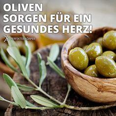 Schönheits- und Gesundheitswunder: Oliven 😊  ✨ Regen den Stoffwechsel an ✨ Senken den Wert des schlechten LDL-Cholesterins und erhöhen das nützliche HDL-Cholesterin ✨ Die Antioxidantien fördern das Herz, senken den Blutzucker und das Krebsrisiko ✨ Der Pflanzenstoff Oleocanthal soll in der Lage sein, die Nervenzellen vor der Alzheimer-Krankheit zu bewahren ✨ Vitamin A und Vitamin E schützen vor vorzeitiger Hautalterung, straffen die Haut und mindern Fältchen