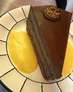 Soooo lecker  #sacher #torte #sachertorte #vanille #kaffeezeit #dampfertreff #chanel #channi777 Chanel, Desserts, Food, Vanilla, Pies, Tailgate Desserts, Deserts, Eten, Postres