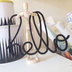 Le mot Hello confectionné en fil de fer et laine par Charlie & June apporte une touche de poésie au décor d'une chambre d'enfant. Un accessoire à poser sur un meuble ou à accrocher au mur.