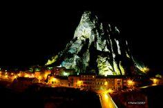 Rocher de la Baume la nuit - Sisteron - Alpes de Haute Provence 04  #night #alpes #alps #hauteprovence #sisteron