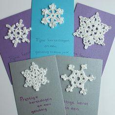 Nog een idee voor het zelf maken/haken van kerstkaarten: gehaakte sneeuwvlokken. Er zijn op internet heel veel sneeuwvlokken/kristallen te v...