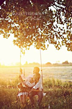 Si sale sol este fin de semana, guárdame cada rayito de sol que quiero compartirlo contigo.  / #amor #novios #parejas #love #couple #spring #campo #campestre #rustic #preboda #primavera #engagement #columpio