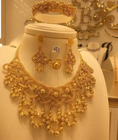 Dubai Gold Jewelry, Gold Wedding Jewelry, Gold Jewellery Design, Bead Jewellery, Gold Earrings Designs, Gold Designs, Necklace Designs, Pakistani Bridal Jewelry, Bridal Jewellery