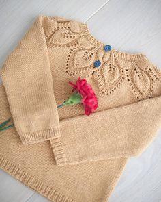 Baksiden  #dahliagenser #dahlia #leneholmesamsøe #kjærlighetpåpinner #strikkemekka #lillelerke #dalelillelerke #dalegarn #strikkedilla Knitting For Kids, Baby Knitting Patterns, Alpaca Wool, Little Ones, Reusable Tote Bags, Knit Sweaters, Pullover, Dahlia, Children