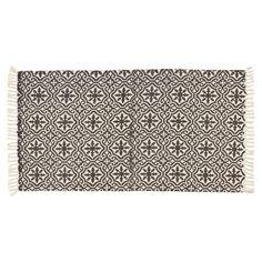 Vloerkleed met donkergrijze print van ornamenten. Slijtvast, ademend en makkelijk in onderhoud. 120x60 cm (lxb). #vloerkleed #vloer #kwantum