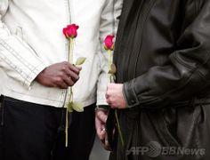 米ミシガン(Michigan)州ポンティアック(Pontiac)のオクラホマ郡庁舎(Oakland County Courthouse)で結婚式を挙げた同性カップル(2014年3月22日撮影)(c)AFP/Getty Images/Bill Pugliano ▼22May2014AFP|米国民の55%が同性婚に賛成、過去最高 http://www.afpbb.com/articles/-/3015622