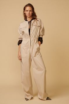 Dorothee Schumacher Pre-Fall 2019 Fashion Show Collection: See the complete Dorothee Schumacher Pre-Fall 2019 collection. Look 16 Women's Runway Fashion, Women's Fashion, Fashion Trends, Royal Clothing, Jumpsuit Outfit, Apron Dress, Vogue, Fashion Show Collection, Classy Women
