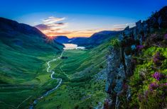 Lake district It is the largest national park in the United Kingdom. It is located in the county of Cumpria in England, but with Scotland on the horizon. It is there that the highest mountain of the country is located - Scafell Pike, with 978 meters. And the largest lake: Windermere.