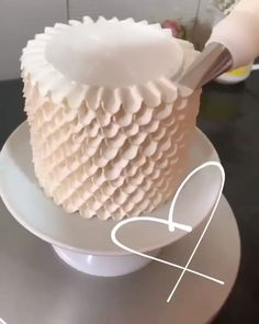 Using tip – Dekorationsideen Buttercream Cake Designs, Cake Decorating Frosting, Cake Decorating Designs, Creative Cake Decorating, Cake Decorating Videos, Cake Decorating Techniques, Creative Cakes, Cookie Decorating, Buttercream Ruffle Cake