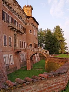 Complesso Monumentale Castello Procaccini a Chignolo Po, Pavia Magic Places, Invisible Cities, Italian Beauty, Visit Italy, Architecture Old, Old Buildings, Cityscapes, Amalfi, Nice Things