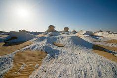 Nem só a neve é capaz de colorir de branco as paisagens de um deserto. No Sahara el Beyda, ou, traduzindo do árabe, Deserto Branco, a superfície do solo é coberta por sedimentos de giz, provenientes das rochas esculpidas pelas rajadas de vento. O cenário que se forma é surreal, parecendo de filme de ficção científica. Monument Valley, Nature, Travel, Sci Fi Movies, Deserts, Rocks, Snow, Colouring In, Paisajes