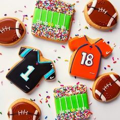 The Football Cookie Cutter and Stamp Set score a touchdown every time. Whether you want to make enough to feed the whole team, or just enough for your private tailgate or Super Bowl Pa Football Cookie Cutter, Football Cookies, Football Snacks, Cookie Cutters, Football Parties, Superbowl Desserts, Football Apps, Football Recipes, Football Banquet