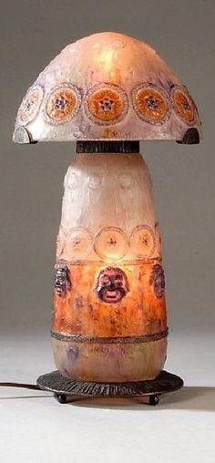 Gabriel Argy-Rousseau (1885-1953), Lampe en pâte de verre à décor de masques riants et de fleurs, monture en métal battu patiné noir, signée, h. 40 cm. E