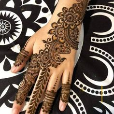 Simple Mehendi designs to kick start the ceremonial fun. If complex & elaborate henna patterns are a bit too much for you, then check out these simple Mehendi designs. Henna Hand Designs, Mehndi Designs Finger, Latest Arabic Mehndi Designs, Mehndi Designs For Girls, Mehndi Designs For Fingers, New Bridal Mehndi Designs, Latest Mehndi Designs, Henna Tattoo Designs, Designs Mehndi