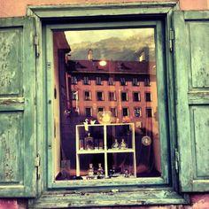 Innsbruck en el reflejo de la ventana azul. Innsbruck, Painting, Art, Blue Nails, Fotografia, Pictures, Art Background, Painting Art, Kunst