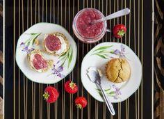Quinoa scones & chia jam Hemsley and Hemsley Healthy Sweet Treats, Savory Snacks, Healthy Desserts, Healthy Cooking, Healthy Recipes, Healthy Food, Healthy Eating, Scones, Hemsley And Hemsley