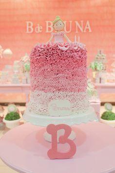 Bolo degradê de babados cor-de-rosa para a #festabdebruna, bailarina, balão, borboleta, bossa-nova, bicicleta, bombom, balinha, babados, bolinha de sabão...