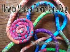 Teppich rot How To Make A Fabric Rope Rug Teppich diy Fabric Bowls, Fabric Yarn, Fabric Scraps, Scrap Fabric, Rag Rug Tutorial, Purse Tutorial, Braided Rag Rugs, Homemade Rugs, Rope Rug