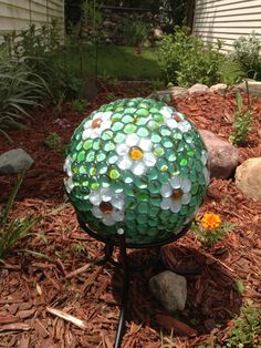 24 Cool DIY Garden Globes Make Your Garden More Interesting - Modern Bowling Ball Crafts, Bowling Ball Garden, Mosaic Bowling Ball, Bowling Ball Art, Garden Balls, Bowling Tips, Glass Garden Art, Mosaic Garden, Diy Garden