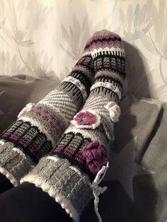 Tässä vielä ystävän jalassa ♡ Awesome Socks, Cool Socks, Knit Wear, Cold Feet, Winter Beauty, Knitting Socks, Leg Warmers, Rainbow Colors, Crocheting
