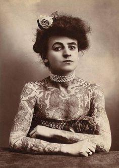 Si piensas que ver mujeres repletas de tatuajes es un fenómeno nuevo  ¡es tiempo de que conozcas a Maud Wagner! Wagner era una artista de circo y fue la primera mujer en llenar su cuerpo repleto de tatuajes, esta aprendió la habilidad de su esposo Gus en el año 1904. Quien a pesar de que ya para ese entonces estaban inventadas las máquinas para tatuar, prefería realizar sus tatuajes con la técnica de mano libre. Esta enseño a su hija Lovetta a tatuarse a la edad de 9 años.